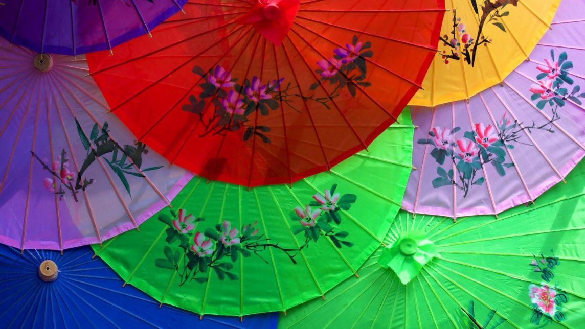 Мужчины в Японии используют зонтики от солнца