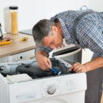 Посудомоечные машины, как и другая бытовая техника для дома, тоже склонны ломаться по разным причинам. Есть неполадки, которые провоцируют сами пользователи, когда обращаются с посудомойкой недостаточно осторожно или плохо ухаживают за ней. Такие внешние факторы, как сбои в электроснабжении, тоже сказываются на функциональности посудомоечных машин. Естественный износ механизма никто не отменял – любой узел конструкции теряет прочность по мере использования. Словом, неисправностей у посудомоек огромное множество, и пользователь должен знать, что делать в той или иной ситуации. Диагностика неисправности: коды ошибки Диагностика – первый и очень важный этап в обслуживании бытовой техники. Раньше, когда владельцы посудомоек брались за самостоятельный ремонт, была высока вероятность неправильной постановки «диагноза». И тогда выбранный вариант ремонта не приносил никакого результата. И даже больше – лишь вредил машинке. Производители, в поисках лучших решений для своих покупателей, стали разрабатывать эффективные системы автоматической диагностики. И вот, сейчас уже ни одна современная посудомоечная машина не работает без самодиагностики. Принцип технологии состоит в том, что техника сама подсказывает владельцу, где искать поломку. В случае неполадки посудомойка автоматически выдает на экране специальный код, сигнализирующий об ошибке. Набор символов для каждой из возможных неисправностей свой, а полный их перечень можно найти в приложении к инструкции. У конкретной модели таблица расшифровок индивидуальна, так что использовать данные от других производителей бессмысленно. А если таблица утеряна, расшифровать код ошибки легко поможет интернет. Стоит отметить, что даже самая высокоэффективная система самодиагностики не гарантирует стопроцентно точного результата, поэтому консультация специалиста вам не помешает. Сходу браться за ремонт без профессиональной помощи – довольно смелое решение, которое имеет высокие риски. Типичные поломки Множество пользователей игнорируют ус